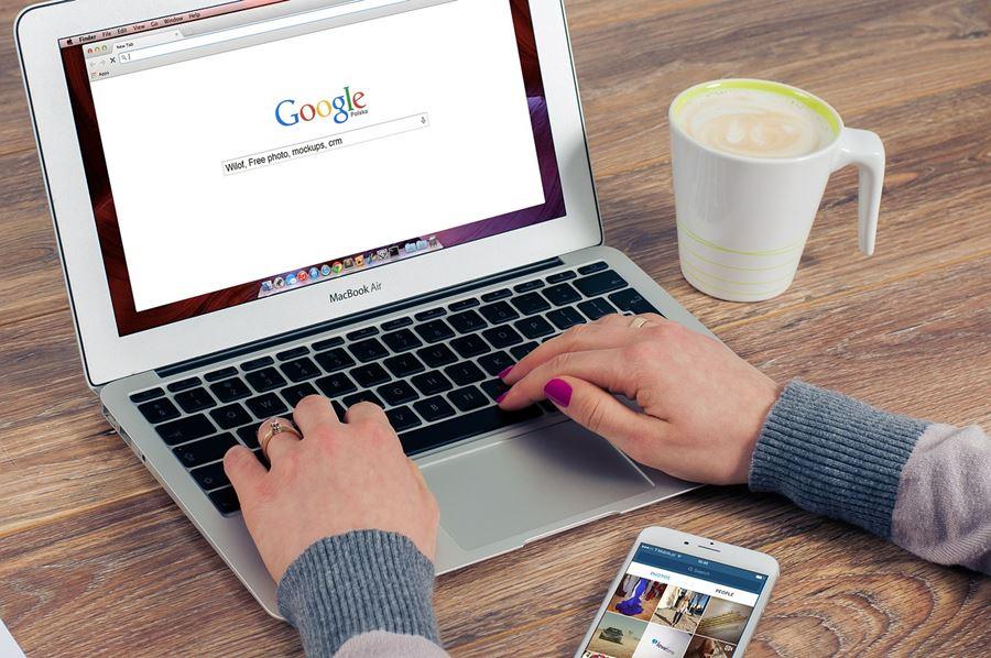 Plavi-ured-digitalni-marketing-uz-google